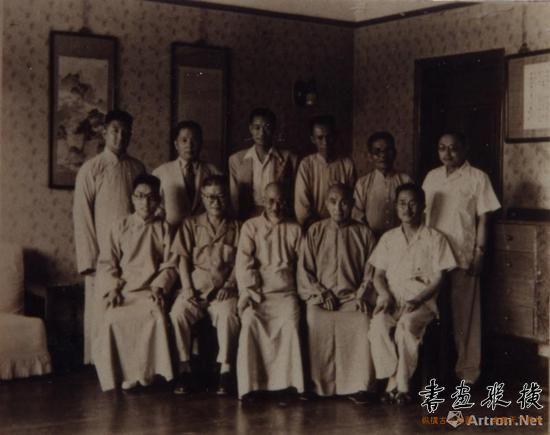 1942年,黄宾虹等人在友声旅行社午餐后的合影。第一排左一为钱君匋、左二为邓散木、中为黄宾虹、左五为白蕉