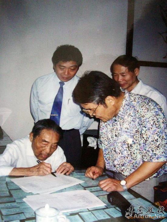 1997年10月22日,钱君匋在捐赠给海宁市人民政府的第三批书画、文物清单上签字