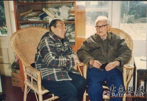 1992年12月,钱君匋与老友巴金交谈留影