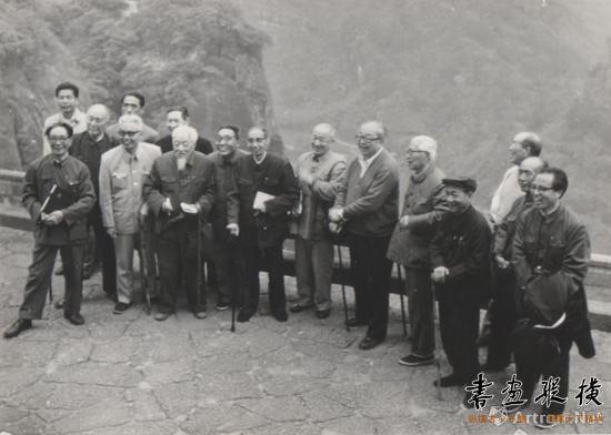 1982年4月,钱君匋与沈迈士、唐云、王个簃等人在武夷山合影
