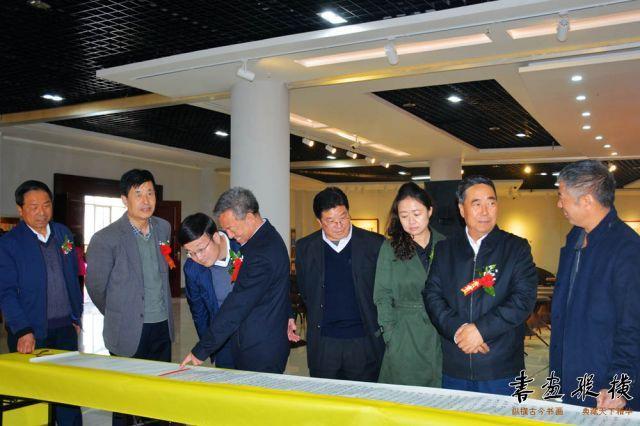 10 郑虎林先生陪同嘉宾参观展览 (2)