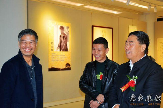 10 郑虎林先生陪同嘉宾参观展览 (1)