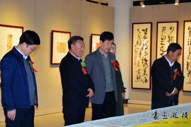 10 郑虎林先生陪同嘉宾参观展览 (3)