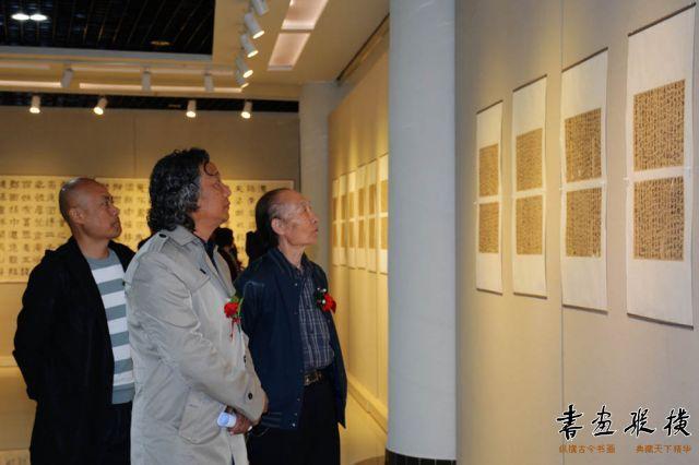 10 郑虎林先生陪同嘉宾参观展览 (4)