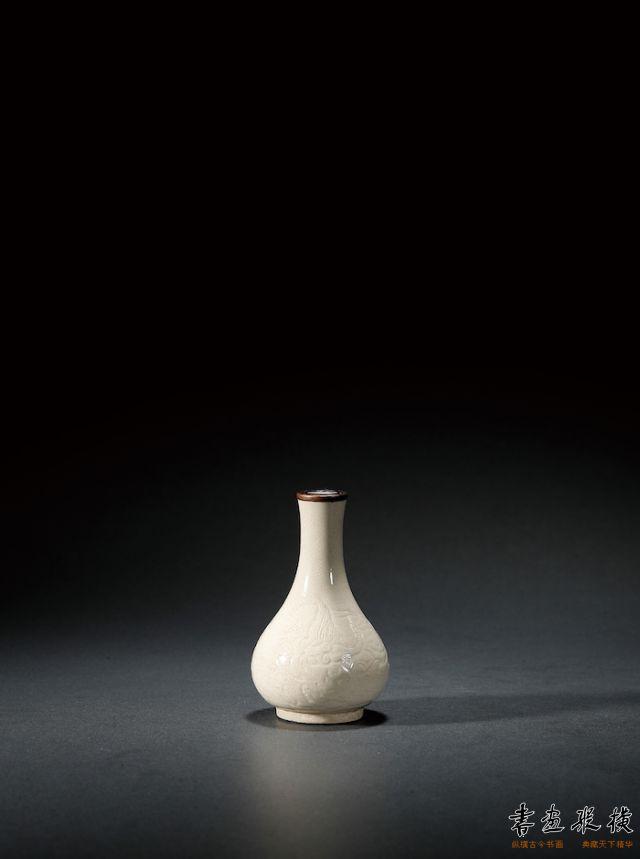 2018西泠秋拍 宋·乾隆御题定窑白釉暗刻螭龙纹胆瓶