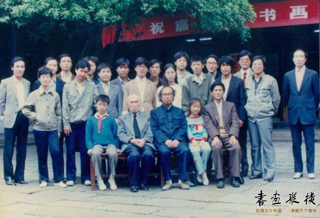 1988年5月苏州博物馆祝嘉同门书画展期间与部分弟子合影