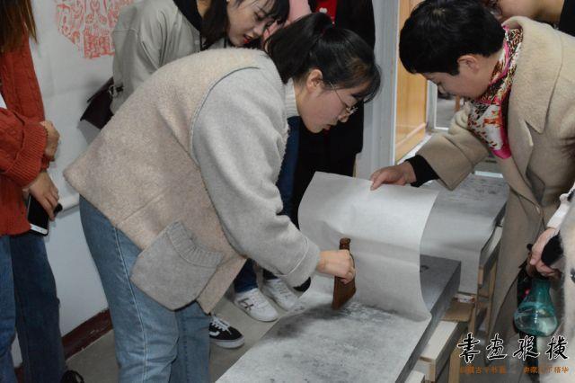 董利蓉老师辅导学员清水上纸法